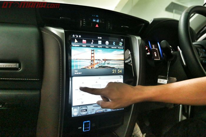 Head unit Android model Tesla di Toyota Fortuner