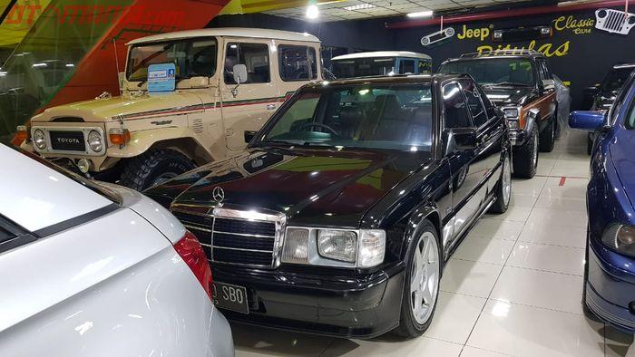 Mobil Ikonik Mercedes-Benz 190E di Showroom Mobil Bekas Pitulas 17 Garage