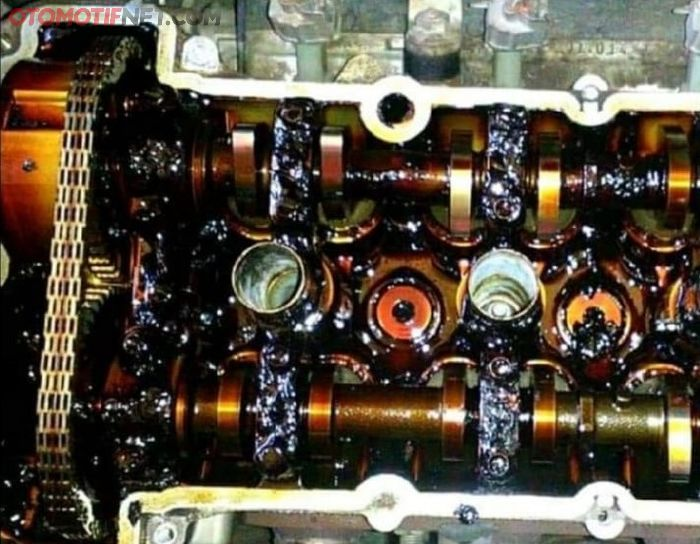 Ilsutrasi oil sludge di kepala silinder akibat sering telat ganti oli