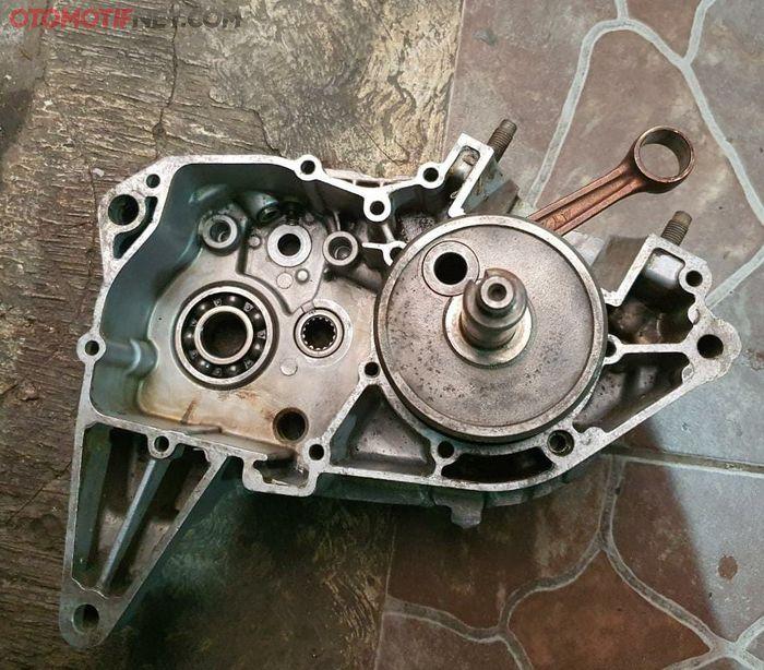 Crankcase motor 2-tak terdapat kruk as dan setang seher, pelumasannya mengandalkan oli samping