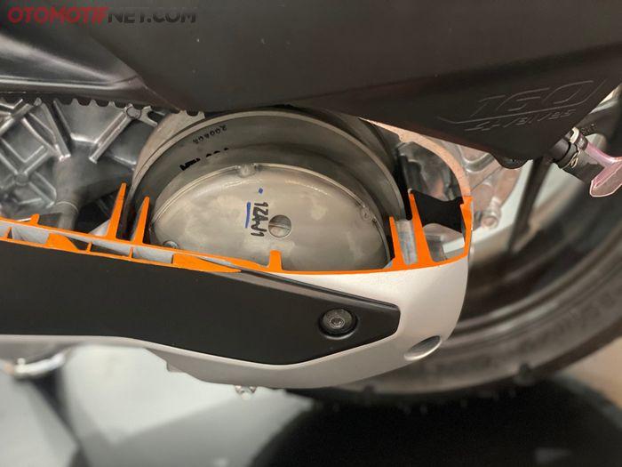 Cangkang kopling Honda PCX 160 hanya memiliki lubang yang minimal, diameter cangkang dan puli terpasang erat pada bak mesin dan penutup CVT