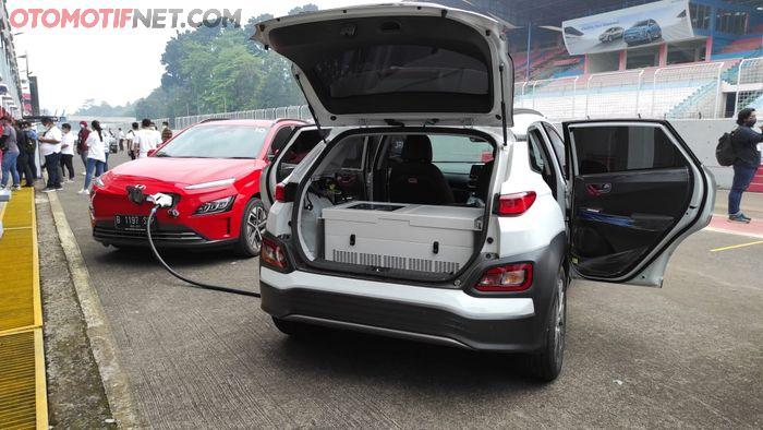 Hyundai Mobile Charging menggunakan konverter untuk menyalurkan listrik dari mobil donor (Hyundai Kona Electric)