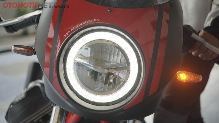 Lampu utama Moto Guzzi V7 III Racer 10th Anniversary dilengkapi dengan DRL model crystal