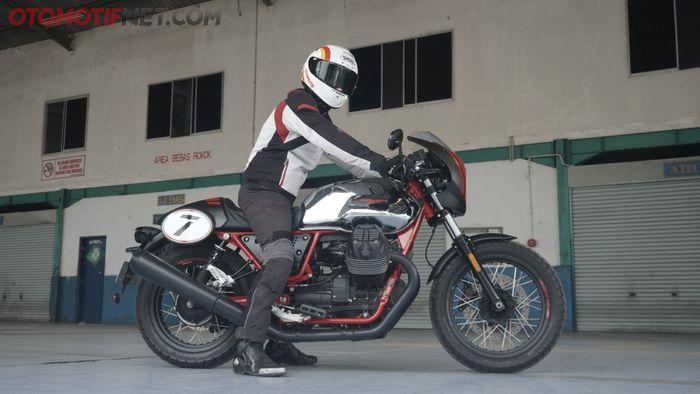Tinggi jok Moto Guzzi V7 III Racer 10th Anniversary hanya 770 mm, tentu bikin pengendara berpostur 170 cm mudah menapak