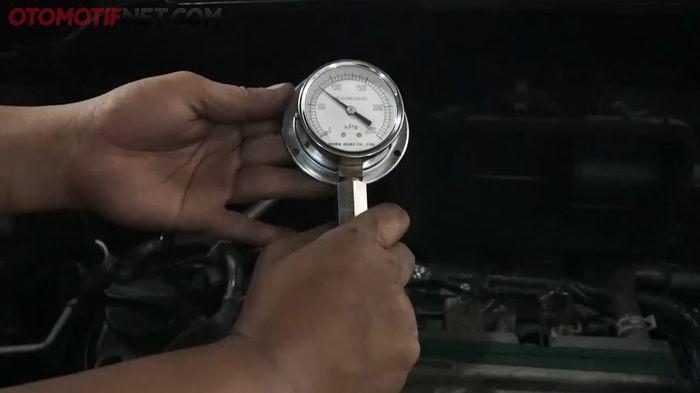 Proses mengukur tekanan kompresi mesin mobil