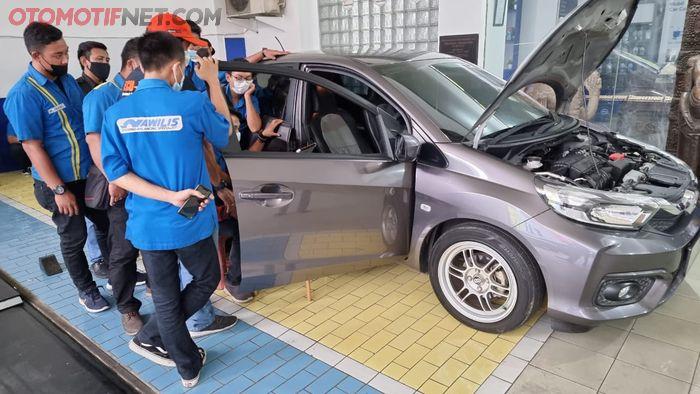 Honda Brio Satya keluaran 2019 milik peserta sedang diremap ECU-nya oleh teknisi Nawilis Radio Dalam