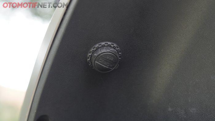 Ada port USB di bawah setang kiri Rakata X5