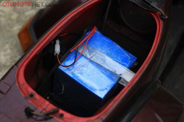 Baterai dengan spesifikasi 1,2 kWh 60 volt 20 ampere diletakkan di bawah jok, menggantikan tangki bensin