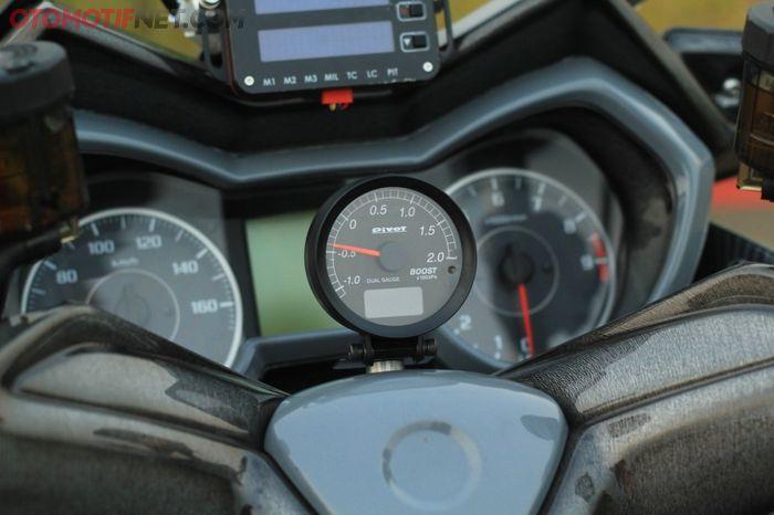 Tekanan turbo dipantau melalui boost meter dari Pivot