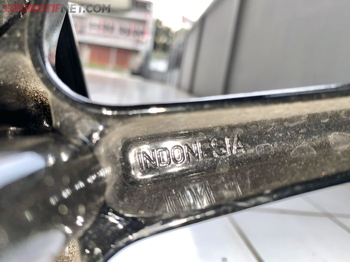 Ada emboss Indonesia dan logo SNI pada pelek Yamaha QBIX