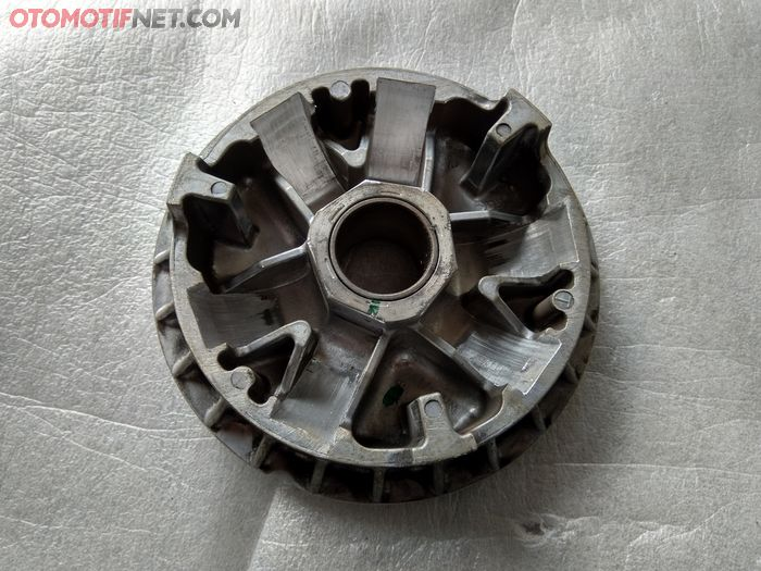The front pulley of the PCX 150 or Vario 150 has been angled and the roller path scraped off