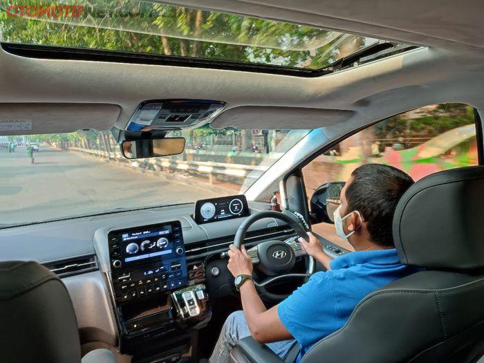 Hyundai Staria, pandangan ke depan sangat luas. Ada 2 sunroof, depan dan belakang