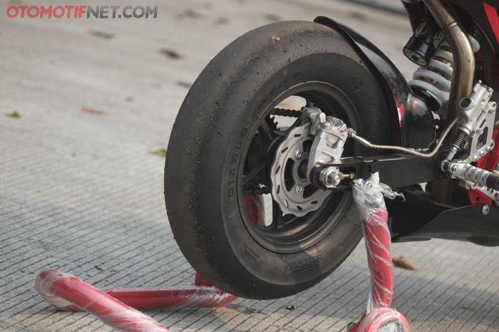 Roda mungilnya hanya ring 10 inci berbalut ban Pirelli Diablo Superbike