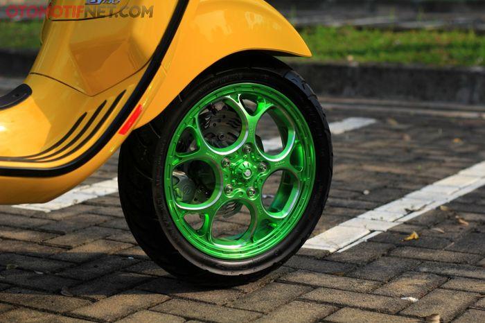 Pelek Maru's W252 punya warna anodized hijau, kontras dengan bodi kuning, mencolok bingitsss…