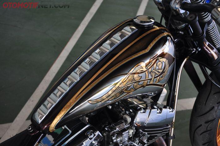Tangki aluminium untuk Harley-Davidson ini tampil jumawa dengan sentuhan gold leaf serta warna perunggu dan silver