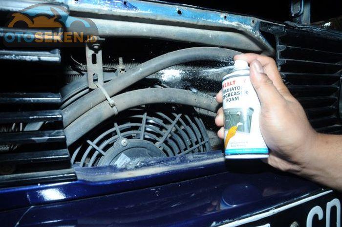 Proses membersihkan kotoran yang nempel pada kisi-kisi radiator menggunakan Wealthy Radiator Degreaser