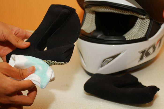 Ilustrasi cuci busa helm