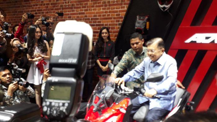 JK nampak senang dengan Honda X-ADV 150