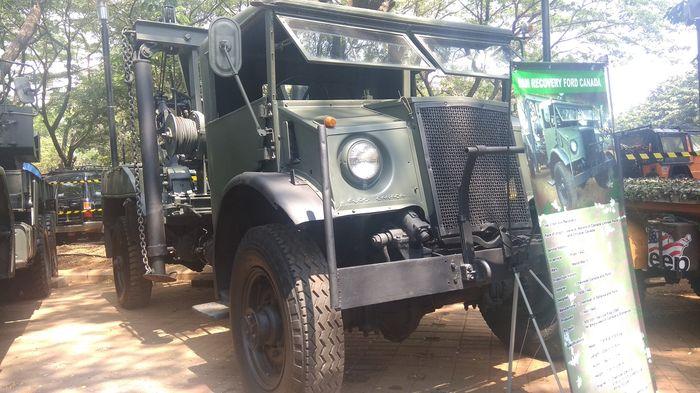 Salah satu mobil derek tua yang dibawa TNI ke Otobursa Tumplek Blek 2019