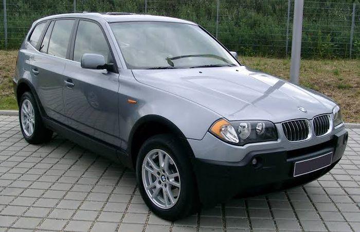 Ilustrasi BMW X3 generasi pertama (E83)