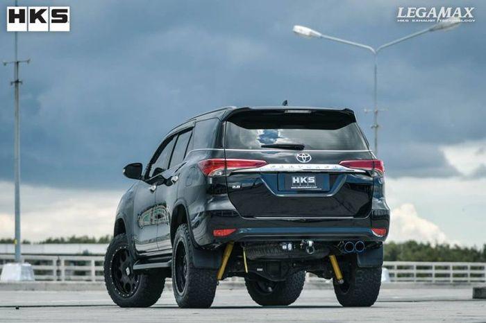 Tampilan belakang modifikasi simpel Toyota Fortuner