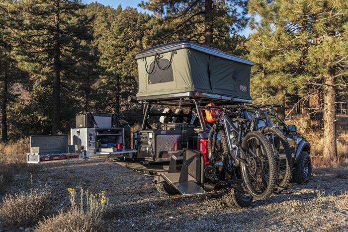 Bak belakang dipenuhi dengan peralatan dan tenda hingga sepeda gunung