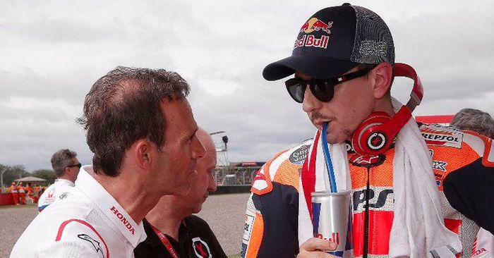 Jorge Lorenzo (kanan) bersama tim manejer Repsol Honda Team, Alberto Puig. Jorge Lorenzo buka-bukaan kalau tinggi badannnya menyusut gara-gara MotoGP. Kok bisa begitu?