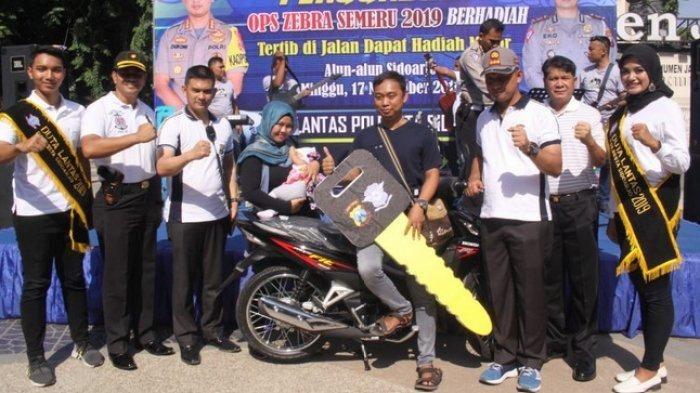 M Syafii, pengendara tertib terima hadiah motor dari Polresta Sidoarjo