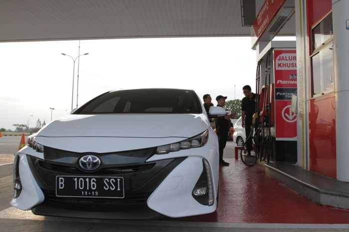 Prius PHEV (Plug-in Hybrid Electric Vehicle) merupakan versi lebih advanced