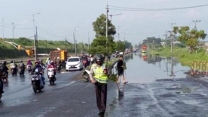 Air kembali menggenangi Jalan Raya Porong, Minggu (28/4/2019). Seperti sebelumnya, banjir di jalan ini akibat liburan air Kali Ketapang yang volumenya naik paska hujan deras mengguyur.