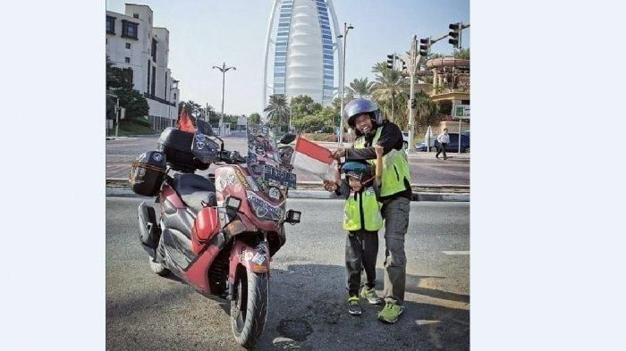 Lilik Gunawan (38) dan Balda (4) anaknya naik motor dari Jambi ke Makkah. Mereka mengendarai Yamaha NMAX wara merah maroon, perjalanan selama 8 bulan