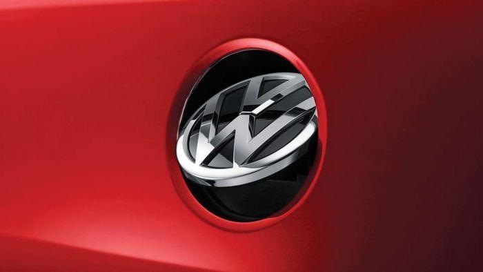 Kamera belakang VW Polo tersembunyi di balik logonya