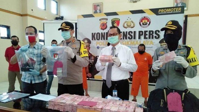 Barang bukti uang palsu berjumlah Rp 3 miliar yang ditemukan di dalam Toyota Kijang kapsul saat pemeriksaan di Cikunir, Tasikmalaya