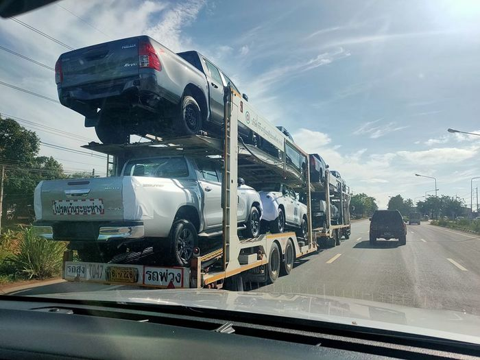 Toyota Hilux Revo facelift diangkut towing