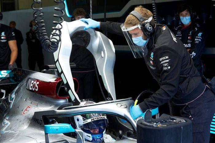 Mekanik Mercedes pakai APD saat tes di Silverstone