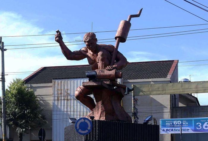 Simbol Kota Purbalingga, yakni Patung Knalpot.