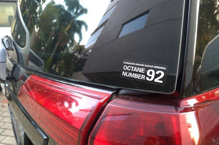 Tulisan rekomendasi oktan bensin minimal yang ada di belakang salah satu kendaraan LCGC, Toyota Calya.