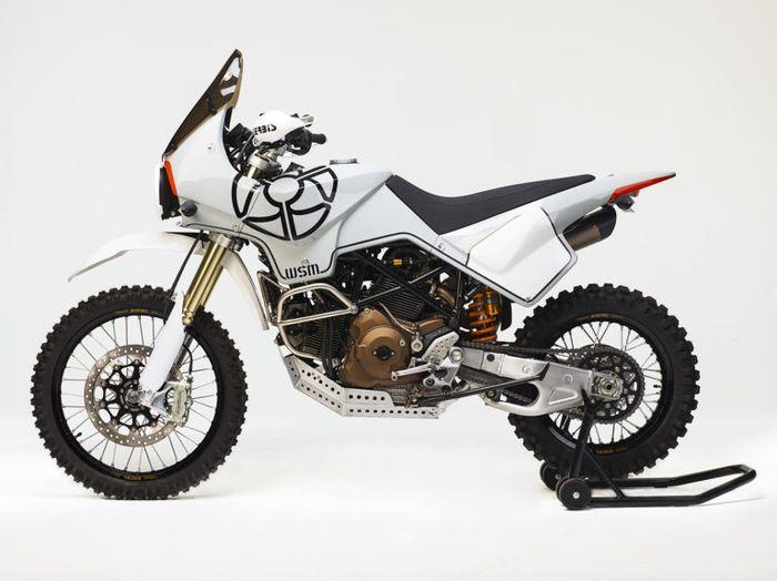 Bodinya terbuat dari kevlar dan pakai rangka Ducati Hypermotard biar ringan