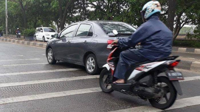 Ilustrasi motor melewati jalanan dengan speed trap