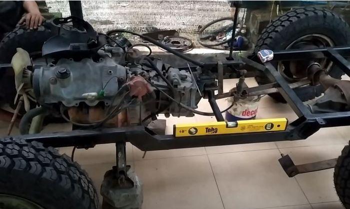 mesin Daihtasu Zebra yang dipasang di sasis replika Jeep Willys mini