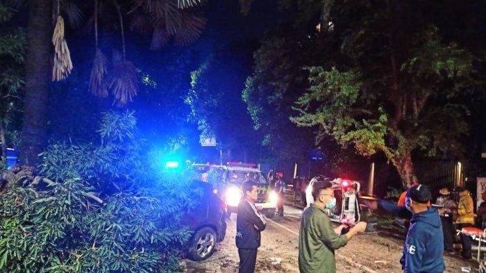 Petugas damkar Kebayoran Baru membantu mengevakuasi korban yang terlibat kecelakaan mobil di Jalan Brawijaya, Kebayoran Baru, Jakarta Selatan pada Senin (21/12/2020). (ISTIMEWA/Dokumentasi Damkar Kebayoran Baru)