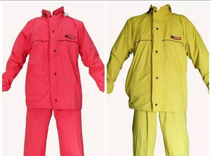 Pilih jas hujan setelan dan memiliki warna cerah