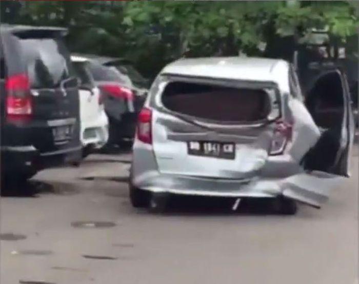 Kondisi Daihatsu Sigra usai diseruduk Porsche Cayenne di Cilandak, Jakarta Selatan