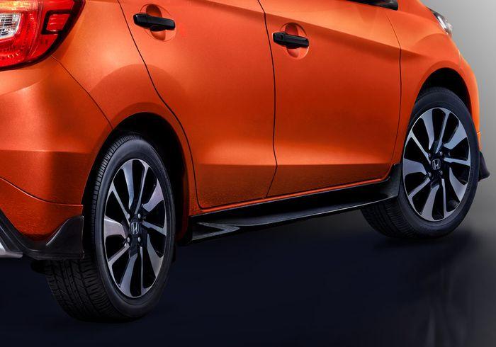 Beberapa perhiasan pada bodi Honda Prius RS Urban Edition berwarna hitam, termasuk spoiler bagian bawah.