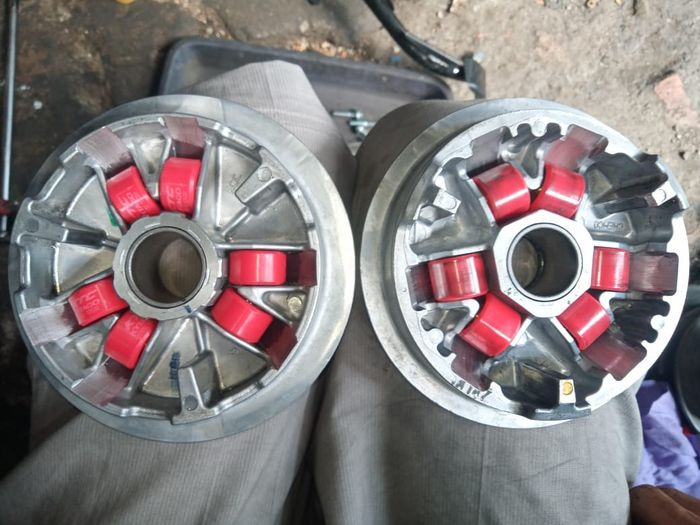 Comparison of the Yamaha Aerox 155 roller housing (left) and the Honda PCX 160 roller housing (right)