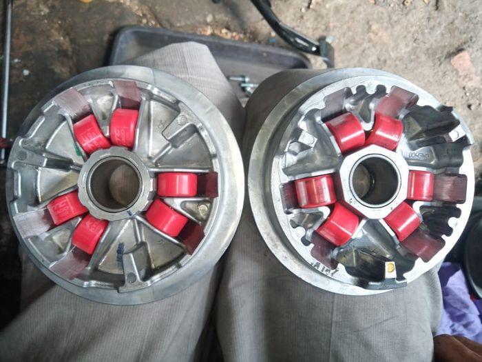 Perbandingan rumah roller Yamaha Aerox 155 (kiri) dan rumah roller Honda PCX 160 (kanan)