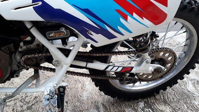 Fungsinya supaya rantai motor tidak keluar jalur saat dipakai off-road
