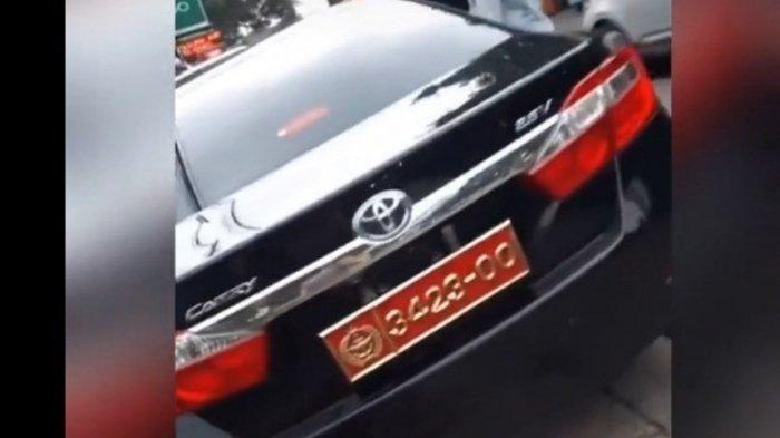 Toyota Camry nopol Mabes TNI yang sempat dipamerin wanita untuk menyindir seseorang ternyata pakai pelat bodong