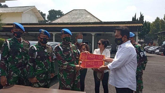 Denpom III/5 Bandung menyerahkan kasus wanita perekam Toyota Camry berpelat nomor Mabes TNI palsu ke Satreskrim Polrestabes Bandung