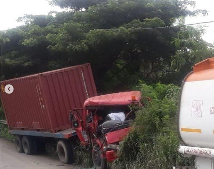 Kabin Truk Trailer melintir usai seruduk Toyota Kijang Innova, Isuzu Panther Pikap di Cilegon, Banten